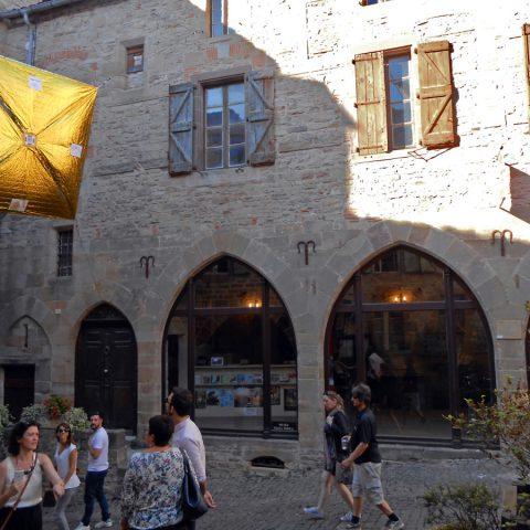 """Voilier solaire """"Payenkeu"""" devant le musée Charles Portal"""